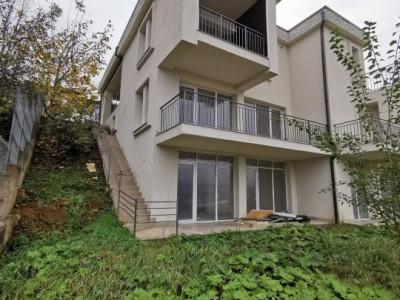 Duplex cu panorama pe o strada privata in Gruia.