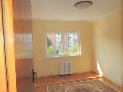 Apartament 4 camere, 2 bai, 80 mp, zona P-ta Cipariu.